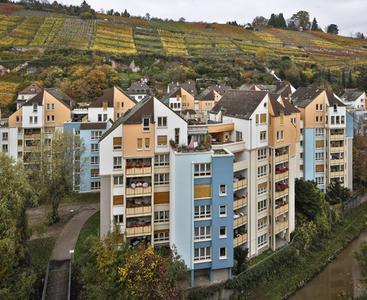 Farbenpracht im Herbst: Das Ensemble der Bäckermühle in Esslingen strahlt mit den bunten Weinbergen um die Wette. (Foto: Caparol Farben Lacke Bautenschutz/Martin Duckek)