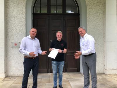 congatec und SE Spezial-Electronic schließen Distributionsabkommen (vlnr. Diethard Fent (congatec), Christopher Wuttke (SE), Roland Judith (congatec))