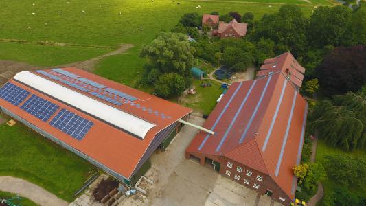 Der Ommenhof in Ostfriesland produziert mit Stromspeicher und Photovoltaik über 70 Prozent seines Stromes aus Sonne © Powertrust
