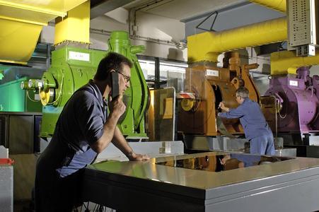 Tectrion Mitarbeiter bei der Wartung einer Aufzugsanlage