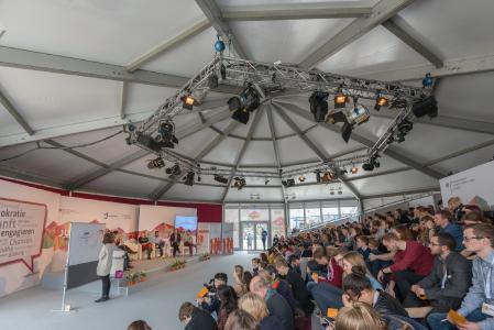 Das Losberger Rondo diente als Jugendparlament für die Abschlusspräsentationen der Eventteilnehmer.
