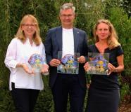 "Regina Rosenstock, Michael Pieck und Dr. Christine Lötters mit ""Ludwig"" (v.l.)"