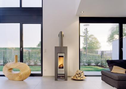 Hochwertige Kaminöfen, hier das Modell Modena von Hase, machen nicht nur im Winter eine gute Figur. Gerade in der Übergangszeit  sind sie der optimale Wärmespender