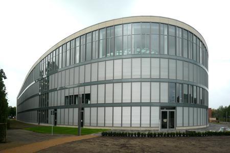 Metallbau Windeck hat eine große Bandbreite von modernen Bauvorhaben verwirklicht: Dazu gehören Firmensitze, Konzerthäuser, Kinos, Bankgebäude, Kongress-Center, Verwaltungsgebäude oder Schwimmbäder