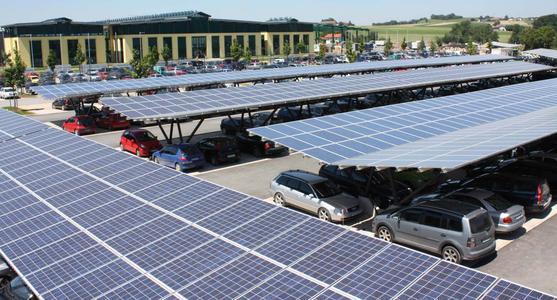 Solar-Carports auf dem Firmengelände der Schletter GmbH. Mit Ladesäulen und Elektroautos wird so Elektromobilität ermöglicht und gefördert