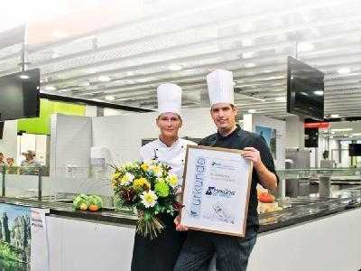 """Teamleiterin Barbara Heidmeier und Küchenleiter Meik Del Moral Cabana nehmen die Auszeichnung """"GVtop-küche des Jahres 2016"""" für das 87 Mitarbeiter starke Team der Zentralmensa Campus Bielefeld entgegen"""