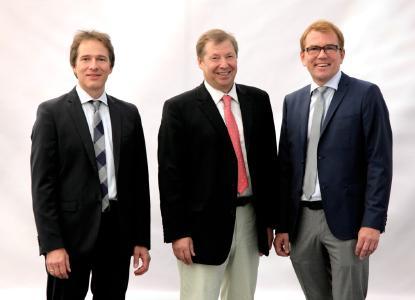 Von links: Thomas Bawart (Technischer Geschäftsführer von Banner), Günter Helmchen (Geschäftsführer Banner Batterien Deutschland GmbH) und Andreas Bawart (Kaufmännischer Geschäftsführer von Banner) freuen sich über den Großauftrag in Nordamerika