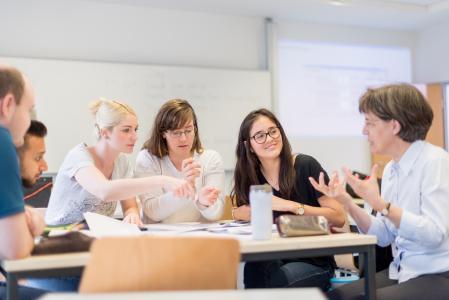 Prof. Dr. Martina Röhrich (rechts im Bild) mit Studierenden während des Unternehmensplanspiels, Foto: Hochschule Bremen / Sabrina Peters