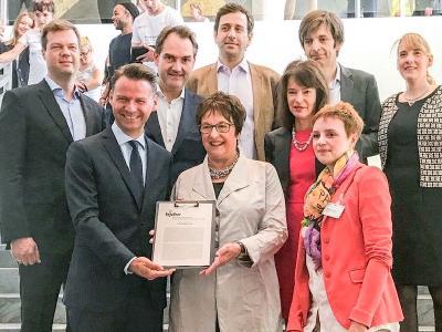 Mitglieder des Beirats Junge Digitale Wirtschaft überreichen ihr Positionspapier zum Thema eHealth auf dem Digital-Gipfel an Bundeswirtschaftsministerin Brigitte Zypries