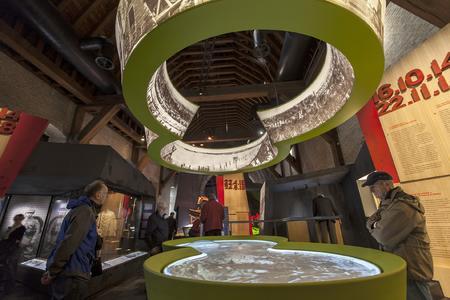 Das Bild des berührungsempfindlichen Tisches wird von einem Projektor der Serie F 32 erzeugt