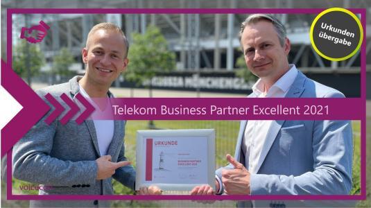 Urkundenübergabe Telekom Business Partner Excellent 2021: Telekom Partner Account Manager Tobias Rohde-Ziegler überreicht voicecon Geschäftsführer Maik Kaufmann die Urkunde