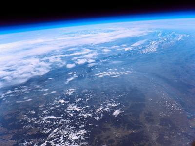 Aufnahme WetterballonsTag der offenen Tür 2012: Links unten Südschwarzwald mit Titisee und Schluchsee, rechts unten Freiburg, dahinter der Rhein und das Juragebirge und oben über der dünnen Atmosphärenschicht der tiefschwarze Weltraum (dhbw ka)