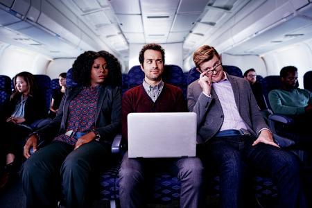 Notebook- und Tablet-Displays geben in der Bahn oder dem Flugzeug oft sensible Geschäftsdaten preis. 3M Blickschutzfilter verhindern hingegen ein Visual Hacking. Foto: 3M
