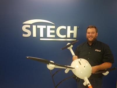 SITECH Souths Spezialist für UAVs/fortgeschrittene Technologien, Matt Rosenbalm, hält eine mdMapper1000DG.