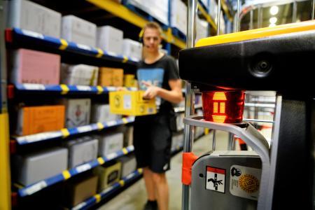 """Die Art der Steuerung des iGo neo CX 20 ist im Vergleich zu anderen Flurförderzeugen einfach. Der Bediener muss lediglich eine Taste betätigen und schon behält das intelligente Fahrzeug ihn mithilfe seines 360°-Scanners """"im Auge"""", Foto: STILL GmbH"""
