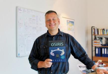Markendesigner Karl-Heinz von Lackum mit neu gestalteter OSIRIS-Software