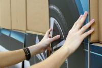 Fotorealistischer Digitaldruck auf Wellpappe - Das 1:1 Automodell wird zusammengesetzt. Die einzelnen Elemente ergeben ein stimmiges Gesamtbild und vermitteln einen plastischen Eindruck.
