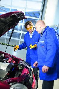 Bei der Lecksuche an Fahrzeugklimaanlagen empfiehlt Klimaexperte WAECO den Einsatz von UV-Kontrastmitteln.