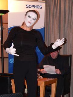 """Am 8. Dezember 2009 stellte Sophos den IT-Krimi """"Auf Sieg programmiert"""" zusammen mit dem Autor Jean C.Becker vor.Die Autorenlesung wurde von derPerformance-Künstlerin C. Ratzel begleitet,die die Handlung pantomimisch""""in Bilder"""" verwandelte"""