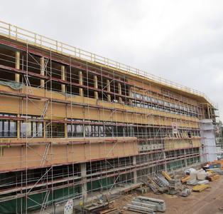 Dämmen mit Holz: An den Außenwänden des TM50 wurde das vierzigtausendfach bewährte INTHERMO Holzfaser-WDVS auf einer Fläche von 1.200 m² fachgerecht montiert. (Bildquelle: HU-Holzunion)