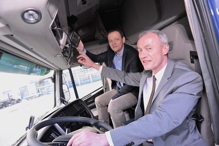 Klaus Beckonert, Geschäftsführer der GREIWING logistics for you GmbH und Carsten Holtrup, Geschäftsführer von Trimble-Deutschland testen den CarCube.