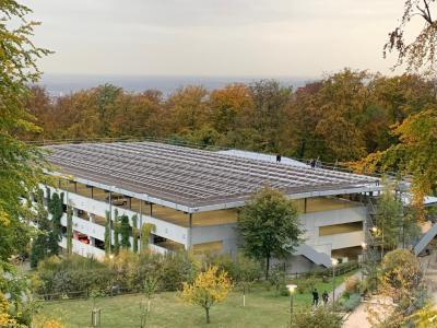 Die neue Solaraufständerung OPTIGRÜN-SOLAR FKD auf dem EMBL-Parkhaus in Heidelberg / Quelle: Optigrün international AG