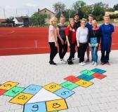 Die Azubis von Aumüller Aumatic mit Ausbildungsleiterin Aileen Zepper (2. v.r.) werteten den Schulhof der Grundschule Thierhautpen mit Hüpfspielen auf.