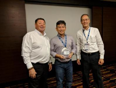 Raymond Ee von ISO Dynamique Group of Companies nimmt Auszeichnung von Friedhelm Maur (r) und Keith Bryant (l) entgegen