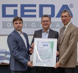 Zufriedene Gesichter bei der offiziellen Zertifikatsübergabe - V. l. n. r.: Dirk Hoppe (Leiter Integriertes Managementsystem bei GEDA), Johann Sailer (Geschäftsführender Gesellschafter GEDA) und Robert Zizler (DEKRA), Bild: GEDA-Dechentreiter GmbH & Co. KG