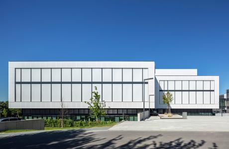 Die Textilfassade FACID fügt sich nahtlos ins architektonische Konzept ein / Bildnachweis: Schüco International KG // Fotograf: Atelier Altenkirch