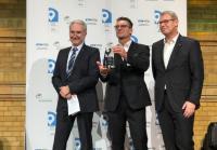 Prof. Dr. Heinz-Leo Dudek (l.) mit Herrn Oliver Trost (r.) und Herrn André Jurleit (Bildmitte) bei der Übergabe des ersten Preises des Abends.