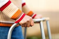 Gehbehinderte Menschen bekommen Unterstützung (Foto: Shutterstock)
