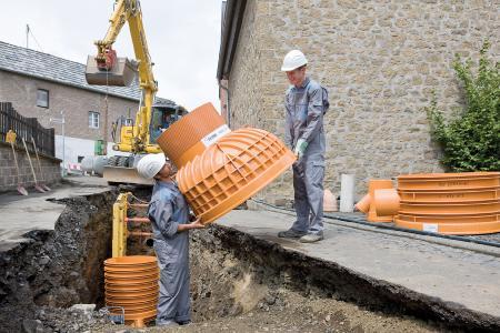 Aufgrund des geringen Gewichts der polymeren Kanalschächte ist das Handling deutlich erleichtert und es kann auf schweres Baustellengerät verzichtet werden. Bild: REHAU