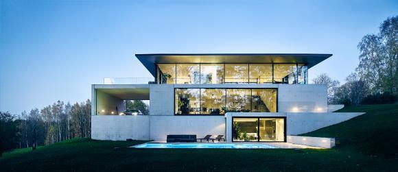 Privathaus Cēsis (Lettland): Die Bauherrenwünsche nach nahezu rahmenloser Transparenz konnten mit Aluminium-Fassaden- und Schiebesystemen von Schüco realisiert werden / Bildnachweis: OUTOFBOX, Lettland, Fotograf: Māris Ločmelis