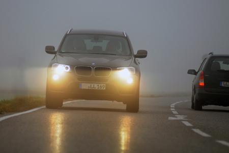 Bei Nebel gilt: Abblendlicht einschalten! (Foto: TÜV SÜD)