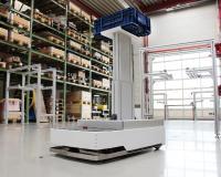 Dieser kleine Transport-Roboter fährt durch die Versuchshalle des IPH und bringt Kisten von einer Übergabestation zur nächsten. (Foto: IPH)
