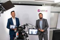 Ron Boes, Director Innovation & Portfolio bei Sybit GmbH und sein Kollege Fabian Huber, Digital Strategy Consultant bei Sybit vor der Kamera