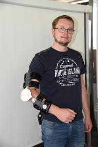 Johannes Wanner trägt einen Prototyp des Antriebs für das Exoskelett, welches an der Hochschule Aalen entwickelt wird welches an der Hochschule Aalen entwickelt wird