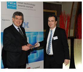 Kategorie Best Customer Experience: Björn Weber (r), Planet Retail, gratuliert Marino Vignati (l), Auchan Italy / Datalogic ADC