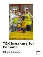 Hugo Arce, Atlas Copco Business Development Manager für Mittelamerika und die Karibik, präsentiert gemeinsam mit dem stellvertretenden Bauleiter Pieterjan Versteele einen neuen TEX Pneumatik-Aufbrechhammer. Insgesamt sind 150 Aufbrechhämmer für Feinarbeiten im Einsatz