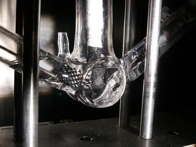 """Wasserstoffgas aus Sonnenlicht: Mit der innovativen Rekordzelle wird Wasser durch Lichteinstrahlung mit höchster Effizienz direkt in seine Bestandteile Wasserstoff und Sauerstoff zerlegt."""" (© TU Ilmenau)"""