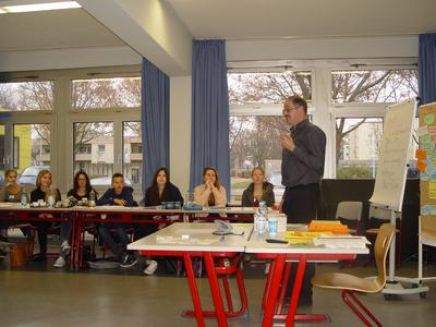 """Gymnasiasten werden bei der Tutorenschulung """"Infos zur Berufsausbildung"""" durch Harald Bender, Agentur für Arbeit Heil-bronn, auf ihre zukünftige Arbeit vorbereitet"""