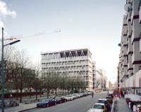 Beton, Glas und feuerverzinkter Stahl sind die dominierenden Materialien des Gebäudes / Foto: Rory Gardiner