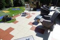 Die Farben Sand und Sienna sind es, mit denen unser Kunde aus Hanau seine Terrasse dekorativ gestaltet hat.  Mit den UV- und wetterfesten Terrassen-Bodenfliesen, Typ ELITE, wurde eine Terrasse nach eigenen Ideen völlig neu installiert. Mit diesem Terrassen-Bodenbelag schaffte der Kunde im Handumdrehen ein angenehmes Ambiente, das sich elegant und funktionell zugleich präsentiert.