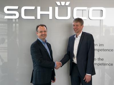 v. l.: Dr. Walter Stadlbauer, CTO und COO der Schüco International KG, und Michael Otto, Chief Regional Officer Germany bei KUKA, freuen sich über die zukünftige Zusammenarbeit