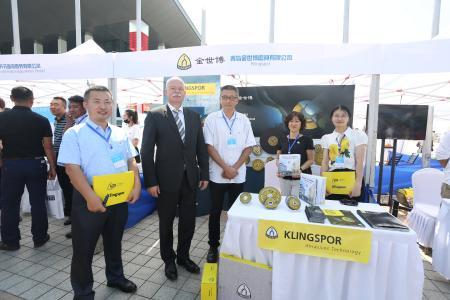 Mitarbeiter von Klingspor Qingdao im Gespräch mit dem deutschen Botschafter Dr. Clemens von Goetze (2. Von links) beim Tag der offenen Tür deutscher Unternehmen in Qingdao
