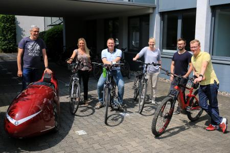 Mitglieder des CONET-Stadtradeln-Teams vor der Unternehmenszentrale in Hennef