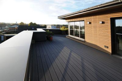 Die Balustrade der Dachterrasse ist mit einer in Eisenglimmer pulvereinbrennbeschichteten Attikaabdeckung aus Aluminium der Richard Brink GmbH & Co. KG versehen worden.