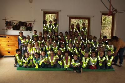 Ein leuchtendes Beispiel für mehr Sicherheit: relatio-Leuchtwesten für Kindergarten Heidkamp.