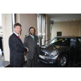 Gemeinsam für Nachhaltigkeit: Harald Krüger, Mitglied des Vorstands der BMW AG (l.) und Dr. Rajendra Pachauri, Friedensnobelpreisträger und Vorsitzender des UN Weltklimarates IPCC beim Nachhaltigkeitsgipfel der BMW Group in Berlin (12/2009)
